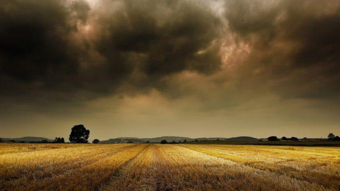Tormenta sobre campo agrícola